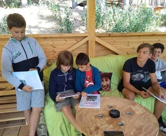сбирка в беседката по време на лагер