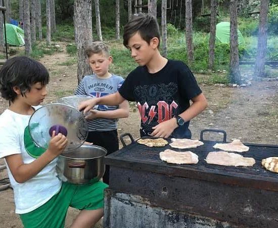 Скара и вечеря по време на детски лагер